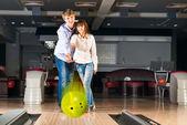 Pareja joven juega bowling — Foto de Stock