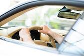 Mâle main tenant une roue de voiture — Photo
