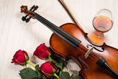 Violin, ros, glas champagne och musik böcker — Stockfoto