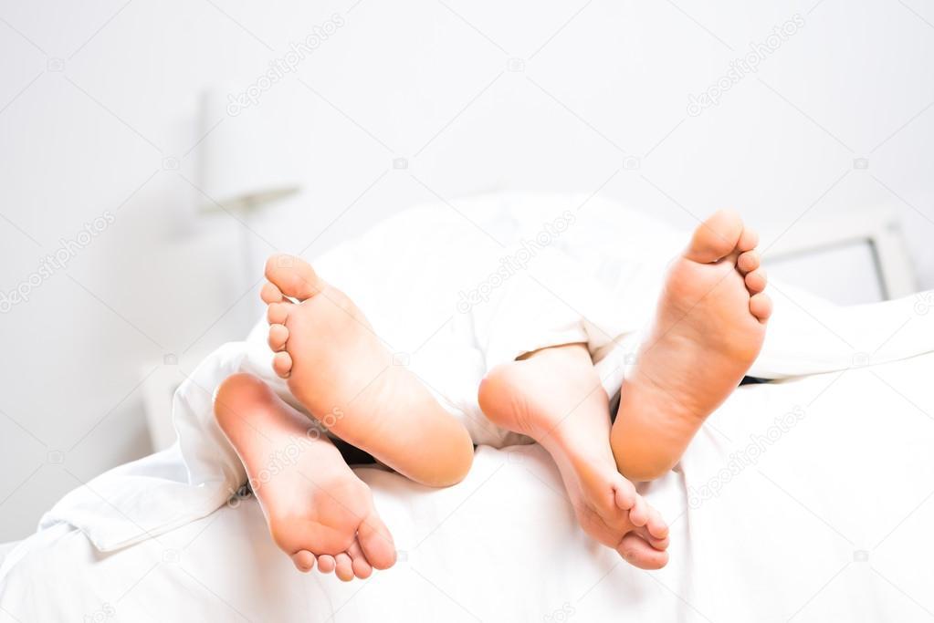 фото ног в постели