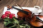 Violín, rosa, café y música libros — Foto de Stock