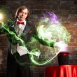 Magician causes the magic out of the hat — Stockfoto