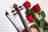 Skrzypce, róża i muzyka książki — Zdjęcie stockowe