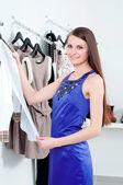 Mujer joven en el centro comercial a comprar ropa — Foto de Stock