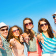 Group of young wearing sunglasses and hat — Stockfoto