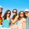 Group of young wearing sunglasses and hat — Stock fotografie