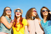 Group of young wearing sunglasses and hat — Stock Photo