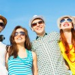 Group of young people wearing sunglasses and hat — Foto de Stock