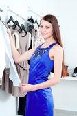 Genç kadın giyim alışveriş — Stok fotoğraf