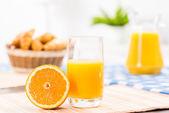 Orange and a glass of orange juice — Stock Photo