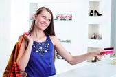 Kredi kartı ödeme checkout alışveriş at kadın — Stok fotoğraf