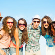 Group of young people wearing sunglasses and hat — Stock fotografie