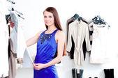 молодая женщина в торговом центре, покупая одежду — Стоковое фото