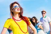 Elegante joven con gafas de sol — Foto de Stock