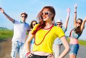 Elegantní mladá žena v sluneční brýle — Stock fotografie