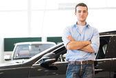Uomo in piedi vicino a un auto — Foto Stock