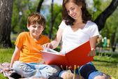 чтение книги вместе — Стоковое фото