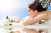 Prachtige spa vrouw liggend op de bank — Stockfoto