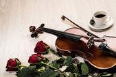 ヴァイオリン、ローズ、コーヒーと音楽の書籍 — ストック写真