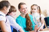 Niños con la maestra de pintura — Stockfoto