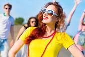 Mladá žena v sluneční brýle — Stock fotografie