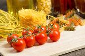 крупный план помидоры черри и макаронных изделий — Стоковое фото