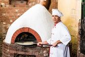Lo chef mette la pasta al forno per pizze — Foto Stock