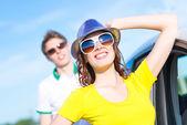 молодая привлекательная женщина в солнцезащитные очки — Стоковое фото