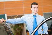 Revendedor fica perto de um carro — Fotografia Stock