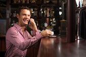 Man talking on the phone — Stockfoto