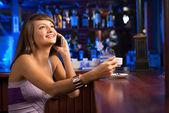 Kadın telefonda konuşurken — Stok fotoğraf