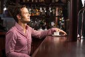 Homem com uma xícara de café — Fotografia Stock