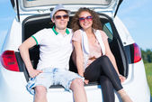Couple and open trunk — Stock Photo