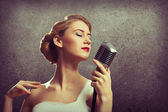 Attraktive Sängerin mit Mikrofon — Stockfoto