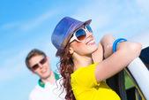 Ung attraktiv kvinna i solglasögon — Stockfoto