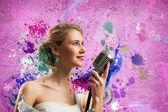Cantora atraente com microfone — Foto Stock