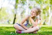 Chica en un parque — Foto de Stock