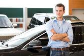 Man står nära en bil — Stockfoto
