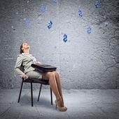 Donna giovane business alzando — Foto Stock
