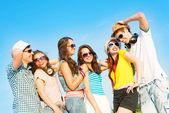 Groupe de jeunes gens portant des lunettes de soleil et chapeau — Photo