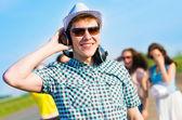 Güneş gözlüklü genç adam — Stok fotoğraf