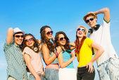 Gruppo di giovani che indossano occhiali da sole e cappello — Foto Stock