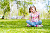Portrait of a girl in a park — Stockfoto
