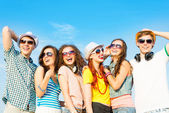 Groep jongeren dragen zonnebril en hoed — Stockfoto