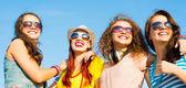 Skupina mladých lidí nosí brýle a čepici — Stock fotografie