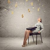 探している若いビジネス女性 — ストック写真