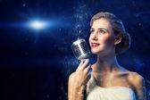 Séduisante chanteuse avec microphone — Photo