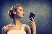 Cantante donna attraente con microfono — Foto Stock