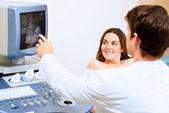 Kobieta w ciąży na recepcji lekarz — Zdjęcie stockowe
