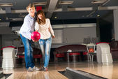 Young couple plays bowling — Stock Photo